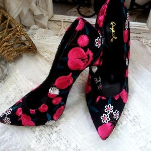 Black FLORAL Embroidered HEELS BY Cupid SZ 8